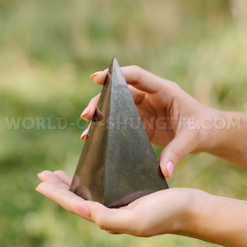 Polished high pyramid 10 cm